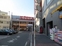 JR津田沼駅南口から右折します。やるき茶屋やローソンの入っているビルの右角まで来ます。