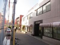 角で左折し、不動産屋の前の通りを2ブロック進みます。